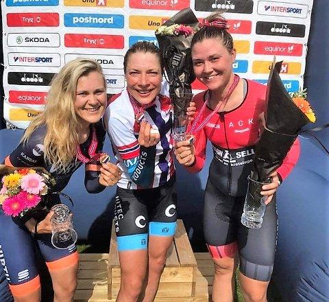 Tempo-sølv. Katrine Aalerud (til venstre) syklet over mållinja med nest beste tid under kvinnenes NM-tempo. Her er hun avbildet i sammen med vinner Vita Heine og bronsemedaljør Line Marie Gulliksen.