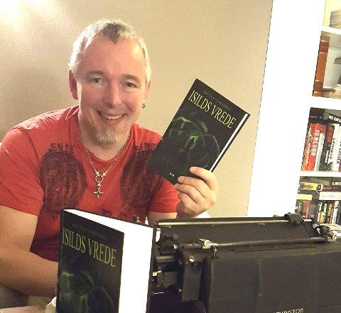 Endelig: Forfatteren forteller at det var en fantastisk følelse å endelig holde sin egen bok i hendene. Boken er for øvrig ikke skrevet på den Remington skrivemaskinen i forkant.Foto: Privat
