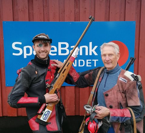 UNIK: At 80 år gamle Egil Wikan t.h. følger Roger Nilsen helt til omskyting om samlagsmestertittelen grovfelt er en unik prestasjon.