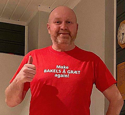 SKJORTE: Olav Sæter, utflyttet surnadaling bosatt på Røros, tok initiativet til en t-skjorte-variant med teksten «Make bakels å græt agian!».