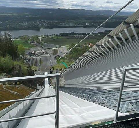 ALLE FØRSTE: Den aller første testkjøringen av den nye ziplinen i Vikersundbakken er gjennomført.