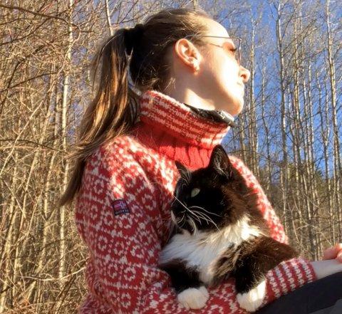 ET MARERITT: Silje Sagvik opplevde enhver katteeiers mareritt, da katten hennes Topper (4) ble forgiftet to ganger i løpet av et par måneder.