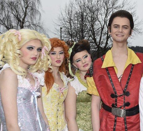 KJEKT UDYR: Scott Westbye med «the silly girls». Fra v.: Elise Dignes, Marte Svendsen og Oda Sønju.