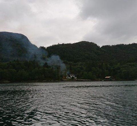 BRANN: Øya der uthuset brann ligg like utanfor Eivindvik.