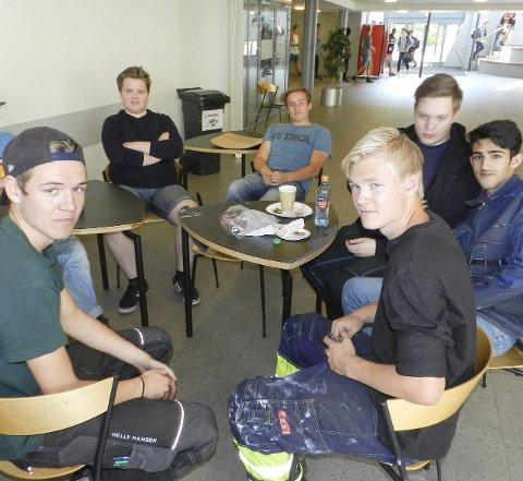 Skal velge: Carl Oskar Jensen (fra venstre), Raymond Njøten, Magnus Andreassen, Jonas Hauge, Kandish Husseini og Patrick Solheim er elever ved Halden videregående skole.