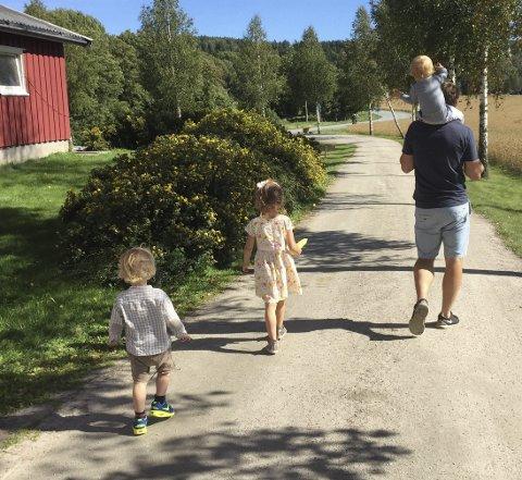 HJEMME IGJEN: Haldenser Per Øyvind Fange tok i 2016 valget om å flytte tilbake til Halden etter mange år i Oslo. Med kone og tre små barn på lasset. Det valget angrer han ikke på.