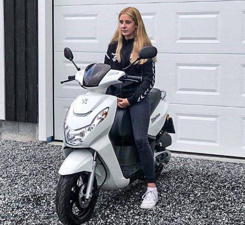 LEI SEG: Amina Holte Signebøen-Nilsen sitter her på sin kjære scooter, som hun har kjøpt for konfirmasjonspengene og sparepengene sine.