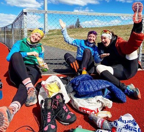 24 TIMERSLØP: Karina Lie (t.v.), Mari Kråkemo Finnerud og Siri Kristin Hoffengh smilte og løp i 24 timer. FOTO: PRIVAT