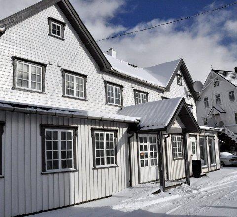 Velkjent: Fiskere langs hele kysten vil nikke anerkjennende til navnet Knusarn i Henningsvær. Nå er bygget, som ble oppført i 1892,  kraftig renovert. Foto: Gullik Maas Pedersen.