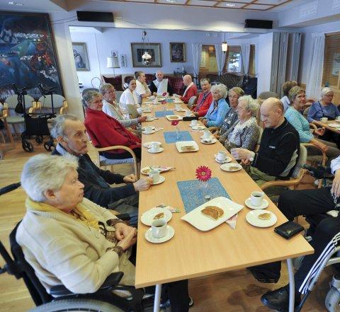 Kaffekos: Kosestund på Svolvær omsorgssenter, med åresalg, bidrar til innsamlingen av penger til elsykler for eldreutflukter. Foto: Knut Johansen