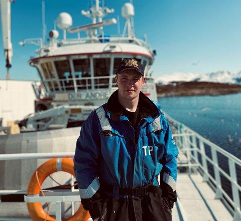 "Torgeir Pedersen foran båten ""Sander Andre"" som han jobber på."