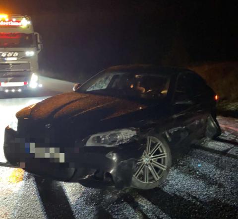 GLATTE VEGER: En personbil havnet i autovernet ved Gryta søndag kveld.