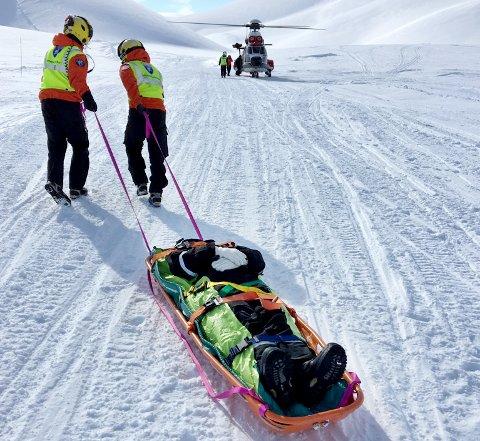 Her hentes moren av redningshelikopter etter å ha brukket ryggen i scooteruhellet på Svalbard. Hun ble deretter sendt til UNN i Tromsø.