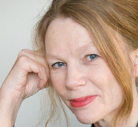 ROMANDEBUTANT: Elin Stenberg (56) har skrevet en roman om søstrene på Stenberg amtmannsgård.