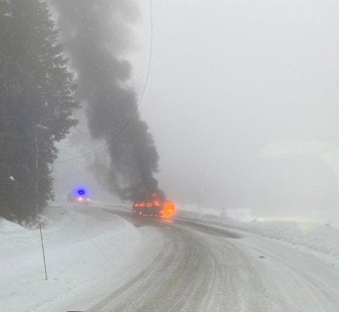 Her står familiebilen i full brann.