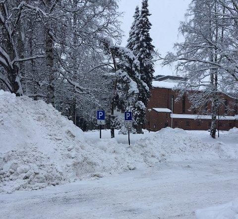 SNØKAOS: Innbyggerne i Skedsmo må finne seg i at snøen blir liggende der den helst ikke skal være ens stund til. Dette bildet er av handicap-plassene ved Lillestrøm kirke. Snøbrøyting gjorde det vanskelig å parkere på plassene.