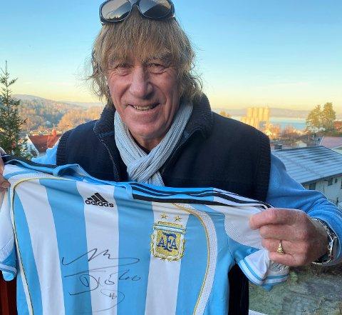 EN AV FÅ: Tor Kise Karlsen (70) er nok en av få innbygdinger i Slemmestad som kan vise til Argentinsk landslagsdrakt   fra 1990 med Diego Armando Maradonas signatur på brystet. - Det er stort, men leit at han er borte, sier han.