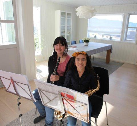 MUSIKKUNDERVISNING: Kulturskoleelevene og søstrene Aurora og Solveig blir undervist via Facetime.