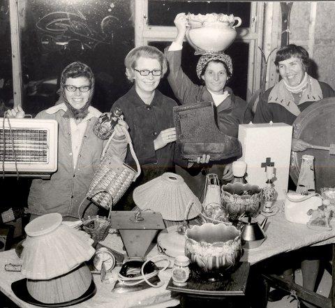 LOPPER: Entusiastiske kirkeringsdamer i full sving med loppemarked. Fra venstre Liv Skustad, Berit Follesø, fru Skustad og Elisabeth Breen Fidjestøl. Fidsjestøl har tegnet kirken.