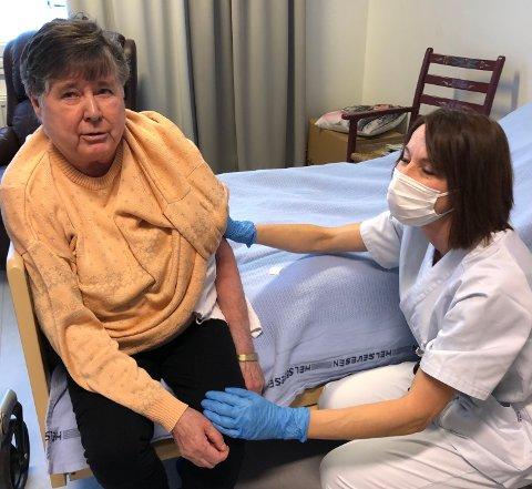 IKKE VONDT: Kirsten Anlaug Sørli forsikrer sykepleier Katarina Kramarova at vaksneringa ikke gjorde vondt, og at hun ikke er uvel etter stikket.