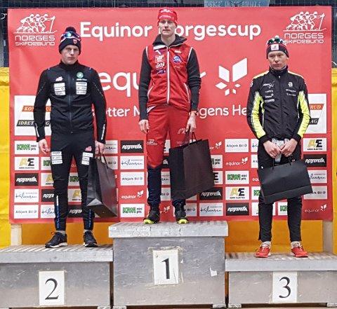 ØVERST PÅ PALLEN: Petter Thorslund Aadland på pallen etter seieren i lørdagens klassiske sprint. Til venstre Andreas Bergsland fra Trøsken og til høyre Mats Opsal fra MjøsSki.