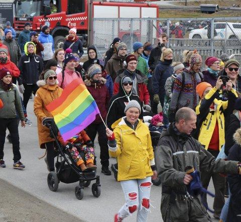 Lene Dyngeland (33) fra Fana har bodd tre år i Longyearbyen hvor hun jobber som guide. I går arrangerte hun tidenes første Pride på Svalbard. FOTO: Ingebrigt Grimsmo