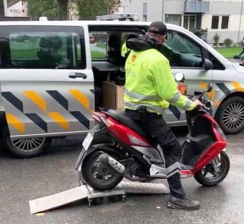 Politiet og vegvesenet avdekket store mangler i en kontroll av mopeder og lette motorsykler. Mopeden på bildet var i orden.