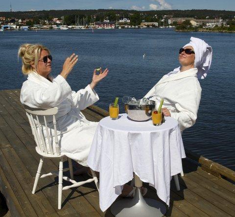 MYE MORO: Monica Hjelle (til venstre) og Kjersti Elvik skal ha det mye moro i september, og det skal harseleres med det meste i «Kjerring», med og uten badekåpe og cava.Foto: Kristine Andreassen