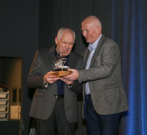 STOLT: Gründer John Johansen var tydelig stolt da han mottok prisen.