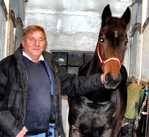 HEST: Øivind Johannessen med hesten Dust Mee, som tilhører sønnen Knut André. Bildet er tatt for 10 år siden.