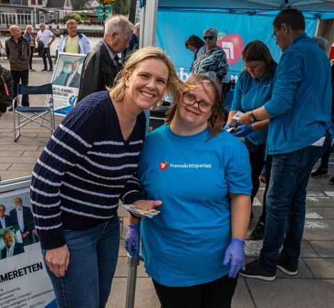 I valgkampmodus: Mange ville komme bort for å ta en selfie og en prat med Sylvi Listhaug på Fisketorget. Her blir hun servert vaffel fra Stine Laabak.