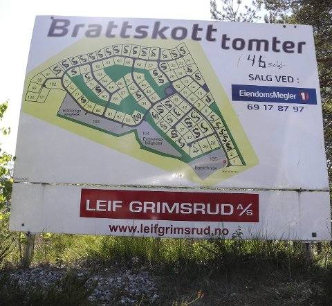 FYLLES: Et skilt ved Hovsveien mot Brattskott viser hver mange tomter som er solgt. Grunneier Ludvig B. Moksness har solgt 46 tomter, hvorav 15 er med tomannsbolig.