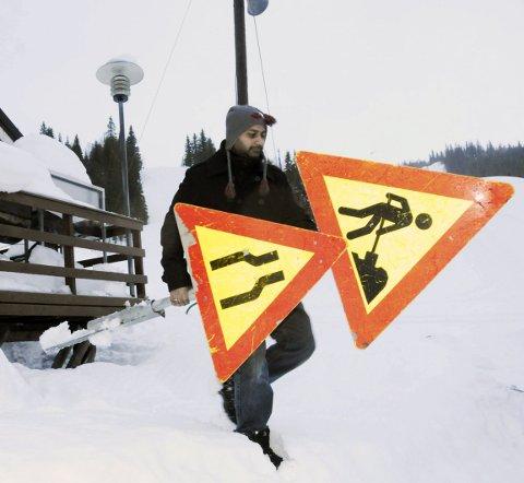 1. ALDRI TOMHENDT: ‒ Disse tar jeg med, når jeg først er her, sier Dan Roger Sandstrak i Mosjøen slalåmklubb. Han har lagt ned et ukjent antall dugnadstimer i Kjemsåsen, og sjefen har ingen planer om å slutte når det er solid oppgang i aktiviteten. 2. HYGGELIG: En tirsdag formiddag er det stille i kafeen, men her yrer det av liv når folk står på ski. Prisene skal også være hyggelige. 3. GRATIS UTLÅN: Dan Roger Sandstrak kan by på 60 par slalåmski til folk som ikke har eget utstyr. 4. TUNGE LØFT: Helikopteret skal frakte betong til høyt oppi bakken, der den nye heisen skal få et solid fundament.