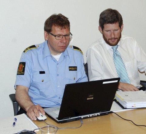 FORNØYD: Rune Nordbakk (t.h.), her sammen med påtalesjef Thomas Darell, er svært fornøyd med å ha lyktes i å stanse svindel.