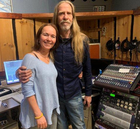 KRUTTSTERK DUO: Hilde Merete Øverby fikk selskap av selveste Øyvind Elgenes, vokalist i Dance With a Stranger, i studio, da hun spilte inn ny plate.