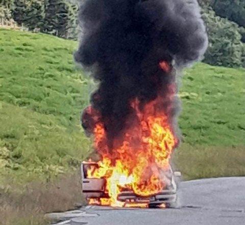 Bilen stod i full fyr.