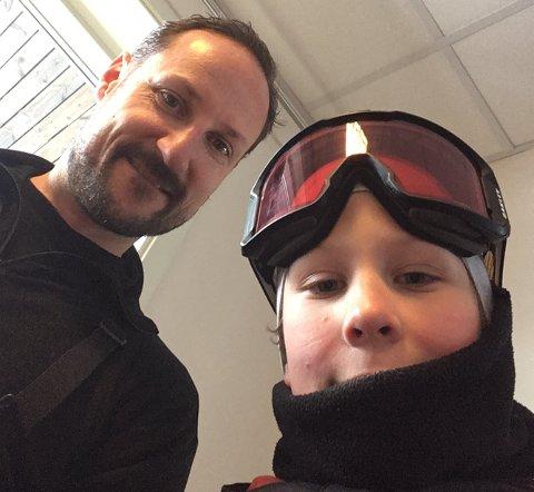 STILTE OPP: Kronprins Haakon ble med på en selfie da han møtte Rasmus Steen Ahlström fra Kongsberg.