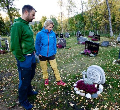 Svein Aasjord og Kristin Pedersen ved gravstedet til datteren Vilja. - Vi ble møtt med bortforklaringer da vi forsøkte å finne ut hvorfor hun døde. Foto: Ola Solvang