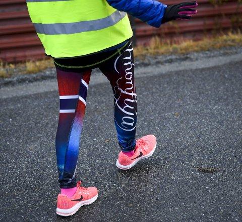 Hege går 30.000 skritt hver dag. I sol og varme, regn eller snø. All treningen gjør at det går fire par joggesko i sesongen.