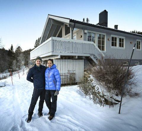 Gøy på landet: Nicholai Solvang og Silje Moen framfor sitt nye hjem i Straumen. Å bo på landet har åpnet opp for et helt nytt liv med mange nye aktiviteter.