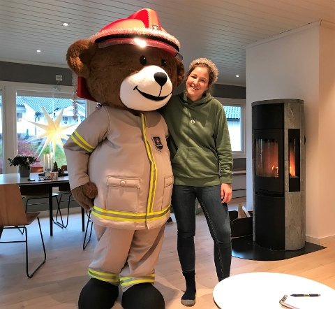 NY MASKOT: Line Hauschild i Sandefjord brann og redning har fått en ny og viktig kollega i bamsen Bjørnis.