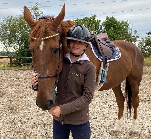 PÅ SMÅBRUKET: Martine Mariero Moe (18) har allerede satset på sprangridning i flere år. Hun liker seg godt på småbruket i Stokke, hvor hun trener med hestene hver dag.