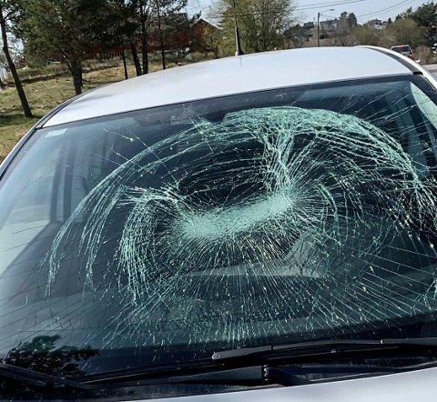 SKADER PÅ BILEN: Slik så bilen til Marte Råkil ut da hun skulle hente den i Brusemyrveien søndag morgen.