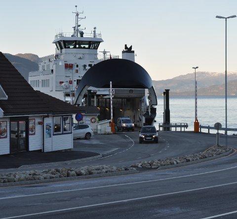 Det var eit par bilar som kjørte av ferja som kom frå Ombo midt på dagen på onsdag, men det var ingen som ville vera med tilbake til Nesvik.