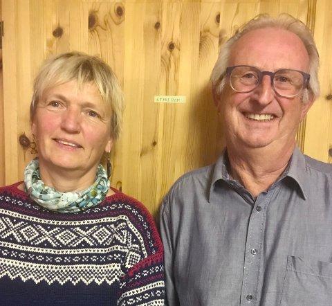 FÆRDER-LEDERE: Påtroppende leder Trine Øyen og avtroppende leder Tore Marthinsen. Han ble utnevnt til æresmedlem.