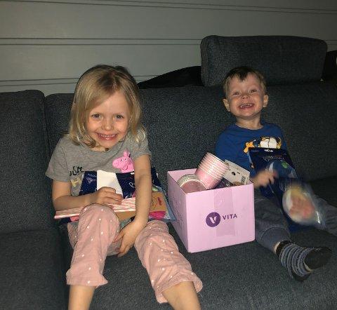 FIKK PAKKEN TILBAKE: Tiril på 5 år, som snart fyller år, og Jonas på 3 år virker glade for at pakken til slutt dukket opp.