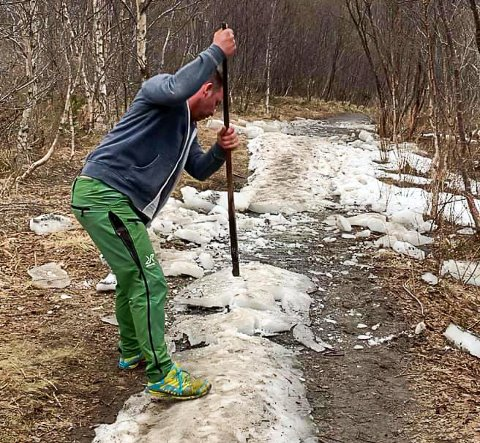 KJØR PÅ: Christer Gjerstad Brendsholm har godt over tusen turer opp Hunstadtoppen under beltet og brukte tirsdagen på å kakke løs is på stien.