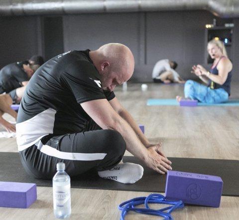 Trenerteamet, med Steffen Landro i spissen, deltar også på de ukentlige yogaøktene gjennom sesongen.