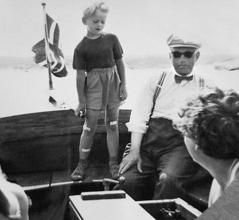 Gode minner: Som liten gutt fikk Gunnar Staalesen styre snekka til morfar Hans Johansen. Legg merke til plasterlappene på den lille livlige krabaten.