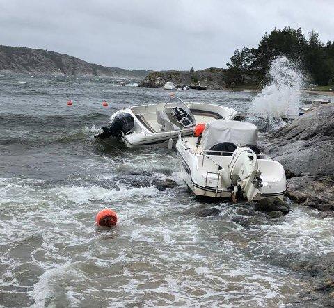 SLITT SEG: To båter på vestsiden av Søndre Sandøy slet seg i den sterke vinden og de store bølgene.